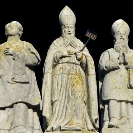kameni-kipovi-svetaca-na-zabatu-zcrkve